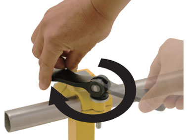 1. Fold the handle fully to the clamping side and screw into the counterpart screw hole.